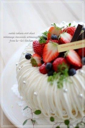 可愛い♡エンゼルケーキ  材料 (18cmエンゼル型) ■ スポンジ生地 卵L 2個 グラニュー糖 50g 薄力粉50g コーンスターチ 10g バター10g 牛乳10g ■ カスタードクリーム ・・レシピID:914153 ■ クリーム 生クリーム 300g分 ホワイトチョコレート70g グラニュー糖 10g