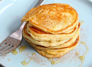 Snelle ontbijtpannenkoeken van vooraf zelfgemaakte pannenkoekenmix