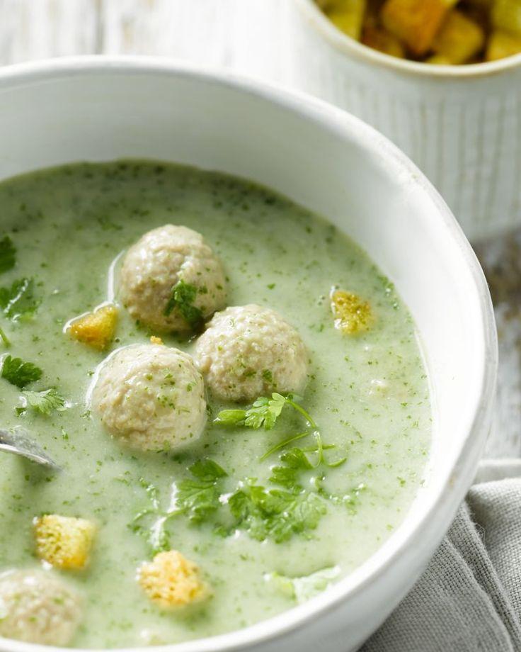 Een supergezonde soep, boordevol groene groenten, en afgewerkt met delicate kervel. Ook erg lekker met balletjes, of geserveerd met geraspte kaas.