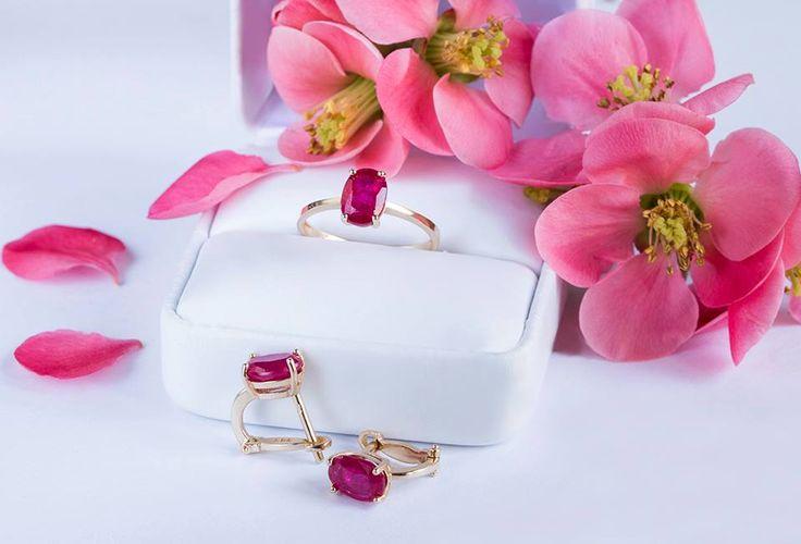 Rubínová sada je elegantním a vzácným dárkem.  #klenotnictvipraha #zlatnictvipraha #sperky #prsten #zasnubni #snubni #wedding #engagement #rubin  #ruby #luxus #luxury #willyoumarryme #bridetobe #darecek #proradost #knarozeninam #fashion #kvyroci #zlato #gold #whitegold #yellowgold #bilezlato #svatba #zasnuby #rings #moda #klenotacz