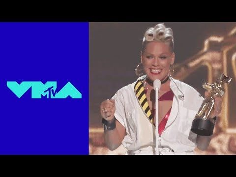 "P!nk Performs ""Get The Party Started"", ""Raise Your Glass"", & More! 