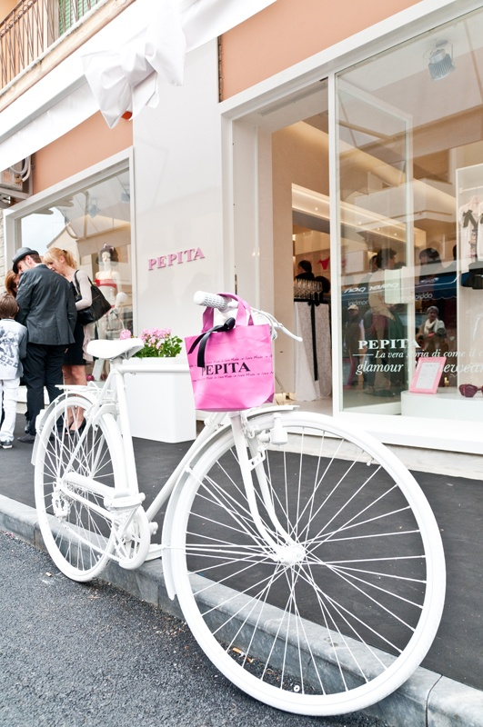 The white Pepita bicycle