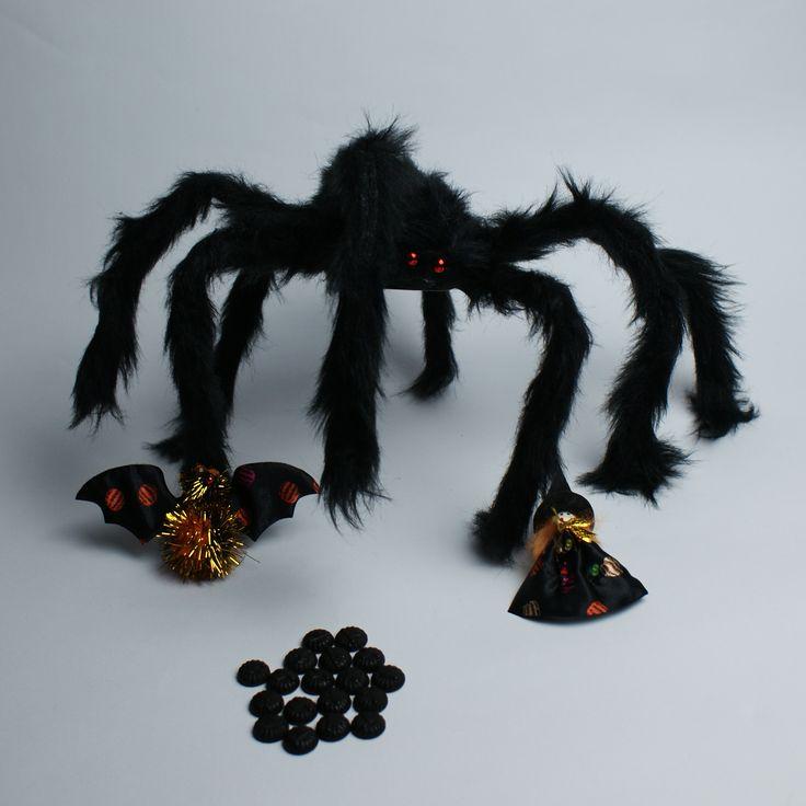Pająk z przyjaciółmi. Duuuża pajęczynka w sam raz na wystrój halloweenowy. #tigerhalloween #tigerstores #tigerpolska #tiger #tigersklep #halloween #pajęczyna #creepy #pająk #spider #broszka #brooch