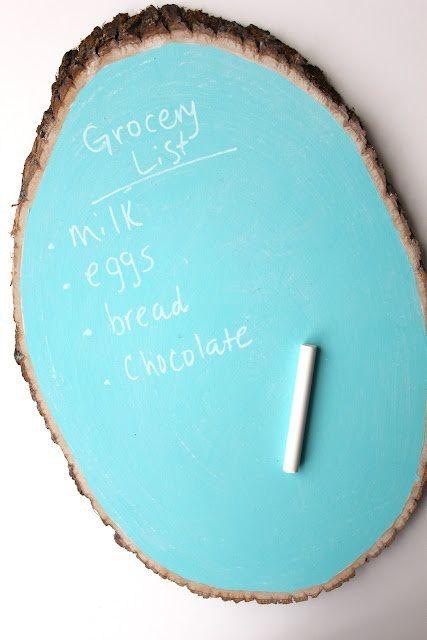 Een krijtbord in de keuken waar je al je boodschappen op kan schrijven is handig. Helemaal leuk is om er zelf een te maken met krijtbordverf, zoals dit bord dat gemaakt is van een plak boomstam. Ui...