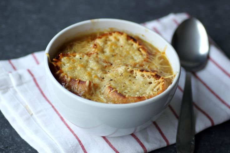 Testez la traditionnelle soupe à l'oignon à la maison ! Pas besoin d'attendre la fin de la soirée pour la déguster, elle sera…