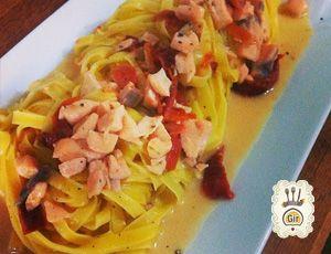 Fettuccine con Salmone, pomodori datterini secchi e lime