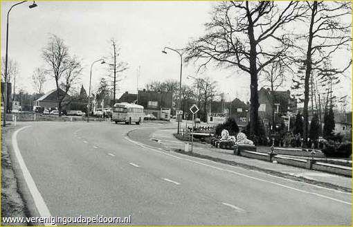 Bèkbargen / Beekbergen - Arnhemseweg → Hier was de invloed van het grote Apeldoorn voor het eerst goed merkbaar, met zo'n grote bocht, en de mogelijkheid snel naar Arnhem te komen. Iets voorbij de bocht vond ik op m'n dertiende (geboorte jaar van onze Koning) een merel die op mysterieuze wijze met een poot vast zat gebonden met paardenhaar aan het 'staggeldroad' (prikkeldraad). Natuurlijk ga je dan even terug fietsen naar waar de politie woont en komt die dan mee kijken en het probleem…