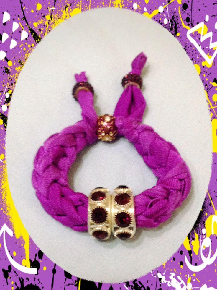 Bracciale viola realizzato con tecnica ad intreccio. Sono disponibili di vari colori anche su ordinazione. Contattatemi!! email:butterflydilaura@gmail.com