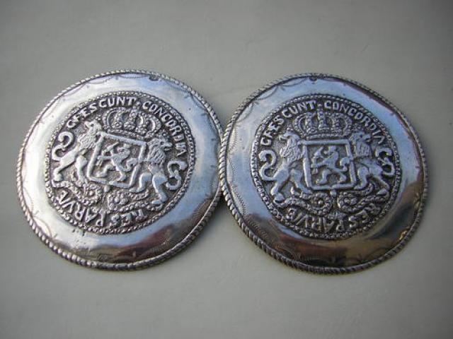 Walcherse broekstukken: Deze zilveren broekstukken met het Nederlandse wapen zin typisch Walchers. Van oorsprong is dit wapen afkomstig van een zilveren dukaton. Dit model broekstukken zijn de hele 19e en 20e eeuw gedragen bij de mannendracht.