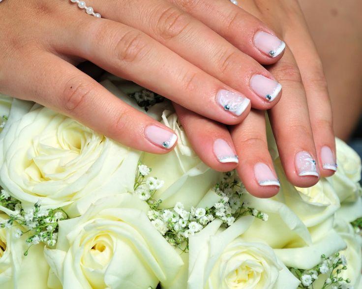 Poarta unghii de mireasa cu strasuri daca vrei sa adaugi un pic de stralucire manichiurii tale de nunta.