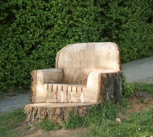 TREE TRUNK CHAIR. I'm certain a lot of you have random tree trunks in your yard, awaiting excavation maybe? Why not take a chainsaw and sander to that stump and turn it into a chair?  Kind of a neat idea!