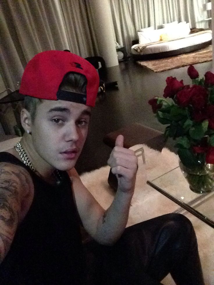 Uh Justin....whatcha pointing at??? Ehe