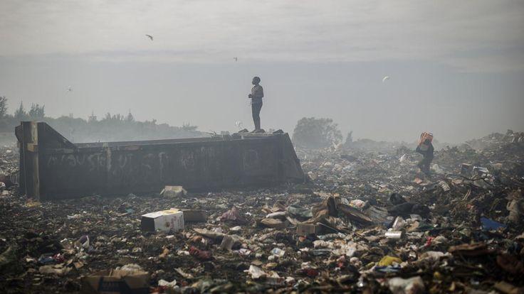 Dinsdag 14 oktober 2014: Een jongen staat op een hoop vuilnis in Maputo, de hoofdstad van Mozambique.