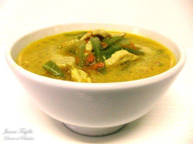 Sopa de pollo al curry. Receta con fotografías de la elaboración paso a paso. Trucos y consejos de preparación, degustación y presentación. Recetas de sopas