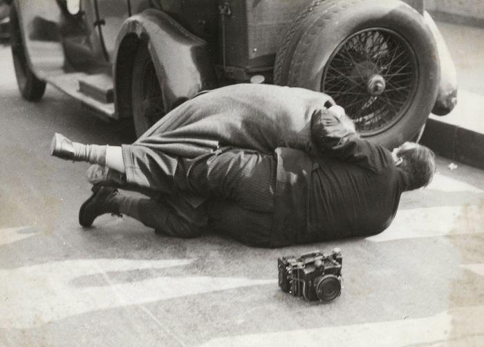 Affaire Stavisky. L'ex-général Bardi de Fourtou se jette sur un photographe à la sortie du Palais de Justice. 1934.