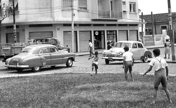 Uma bonita foto da Rua Treze de Maio, no Bairro da Bela Vista, em São Paulo, em Janeiro de 1955. (Foto e texto extraídos do grupo Memórias Paulistanas).