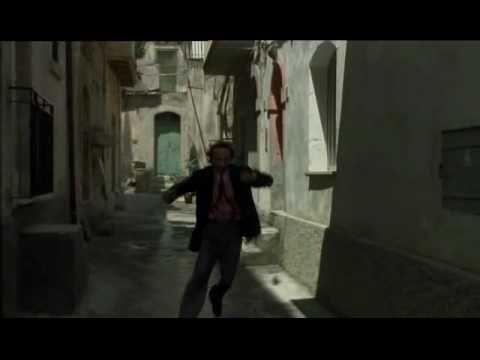 Se vai a Palermo non toccare le banane! Lasciale perdere, non le mangiare! Perché sono permalosi, ci tengono, ti sparano! Proprio t'ammazzano per una banana.    Johnny Stecchino - Roberto Benigni