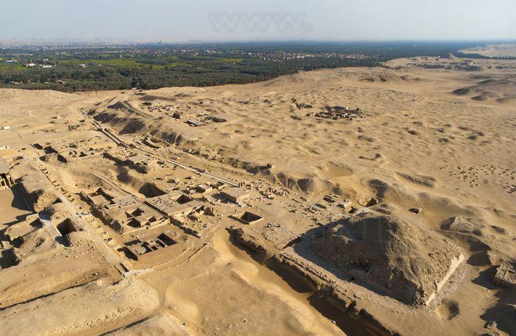 Sur la plateau de Saqqarah, la pyramide de Téti, prédécesseur d'Ouserkarê. En arrière plan, le ruban fertile du Nil et le site de l'ancienne capitale de l'Égypte durant l'ancien empire, Memphis.