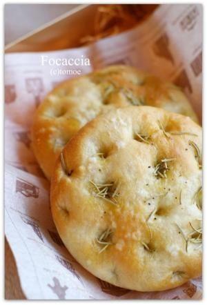 「フォカッチャ♪」オリーブやドライトマト、チーズでお好みの具材をトッピングして自由自在です☆薄く延ばして、ピザ生地でもOK。【楽天レシピ】