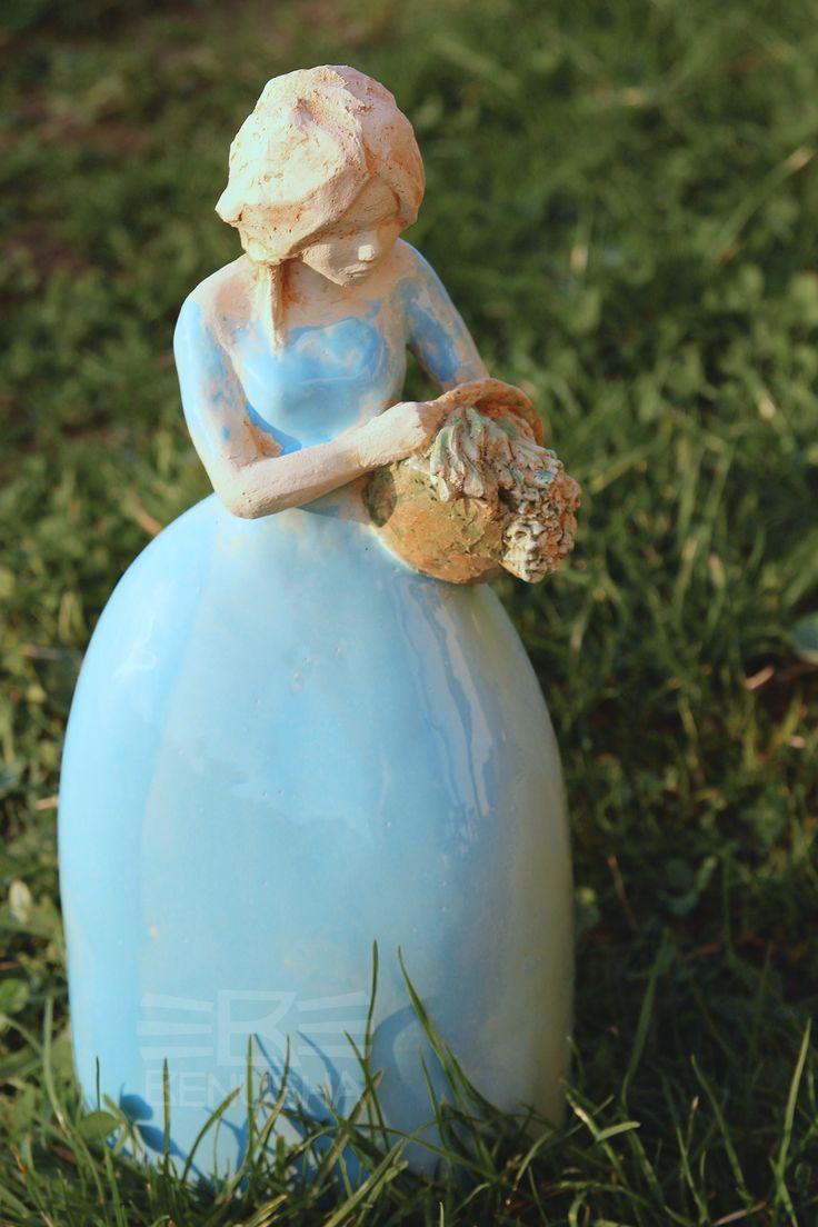 """""""Dziewczyna z koszykiem"""" rzeźba ceramiczna. """"Girl with a basket"""" ceramic pottery sculpture."""