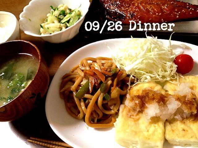 うどんの賞味期限が今日だったので急遽晩ご飯の仲間入り。魚は子どもたちと分けて食べました(^^) - 5件のもぐもぐ - 豆腐ステーキバター醬油,焼うどん,付け合わせ野菜,白ぶなしめじオクラ胡瓜の麺つゆ和え,鯖みりん,味噌汁,白米 by omamisan