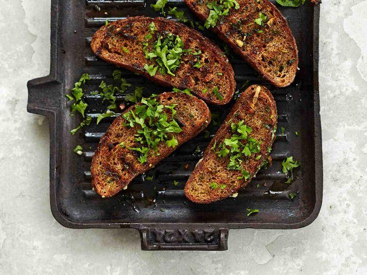 Kotoisasta ruisleivästä syntyy grillissä huikean hyviä valkosipulileipiä.