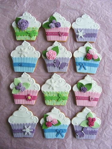 Cupcake cookies.  These are way too cute to eat!  So . . . I'm going to incorporate this design into one of the Magnifique magnet sets that I am making.  They'll look way better on my fridge, than on my butt!!!  lol