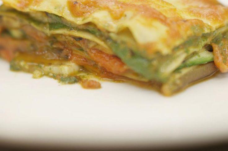 Deze groentelasagne bevat laagjes groene saus, gemaakt met spinazie en 3 kazen. Helemaal bovenop de schotel ligt kaas nummer vier: plakjes mozzarella. Samen met een eenvoudige tomatensaus, gegrilde groenten en vellen pasta heb je alles bij de hand om een smakelijke en voedzame lasagne op te bouwen.