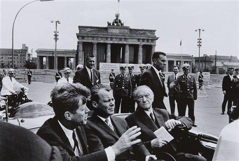 John F. Kennedy, Willy Brandt, Konrad Adenauer vor dem Brandenburger Tor, Berlin 1963, von Will McBride