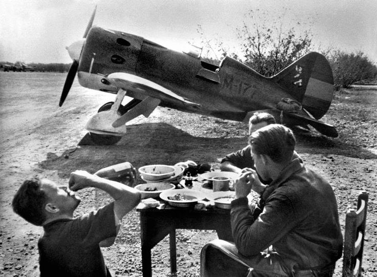 The first fighter planes sent over by the USSR start flying above Madrid in November 1936. Pilots resting in open country near their Polikarpov.