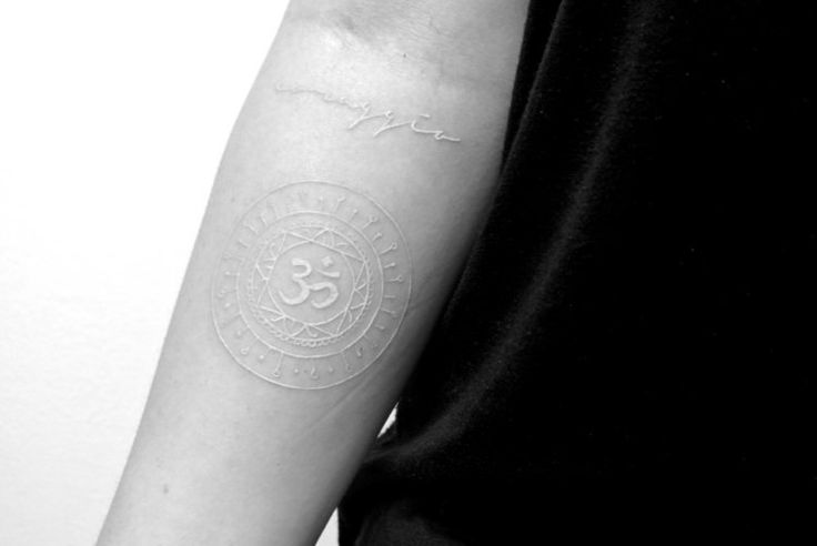 tatouage encre blanche avant-bras- hiéroglyphe de l'alphabet hébreu
