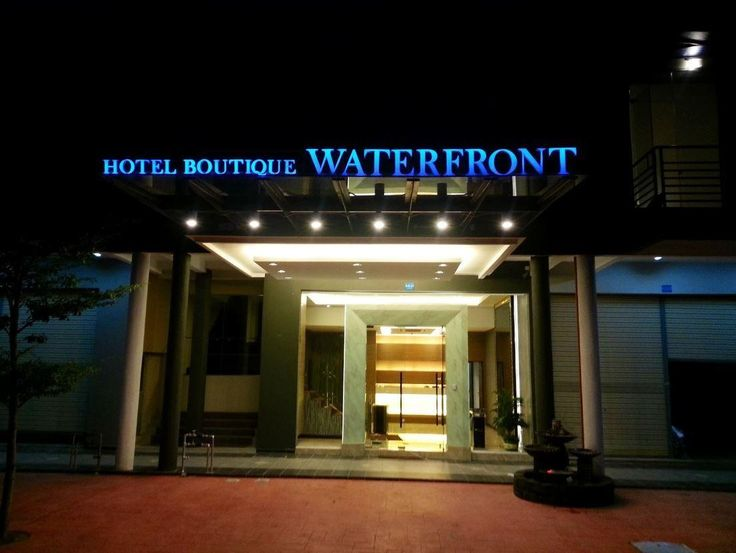 Port Dickson Waterfront Boutique Hotel Malaysia, Asia Waterfront Boutique Hotel is conveniently located in the popular Kampung Ayer Meleleh area. The property features a wide range of facilities to make your stay a pleasant experience. To be found at the hotel are free Wi-Fi in all rooms, daily housekeeping, 24-hour front desk, Wi-Fi in public areas, room service. Guestrooms are fitted with all the amenities you need for a good night's sleep. In some of the rooms, guests can f...