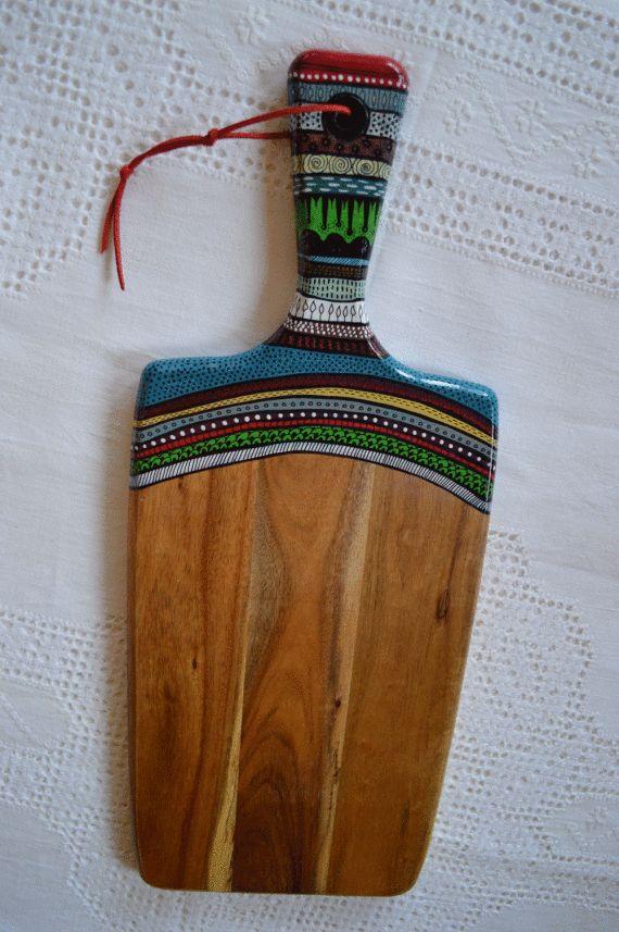 Tabla de Madera de Teka, pintada a mano alzada, barniz brillante en la zona ilustrada. Tratamiento de aceite incoloro en madera natural.Medidas 48 cm