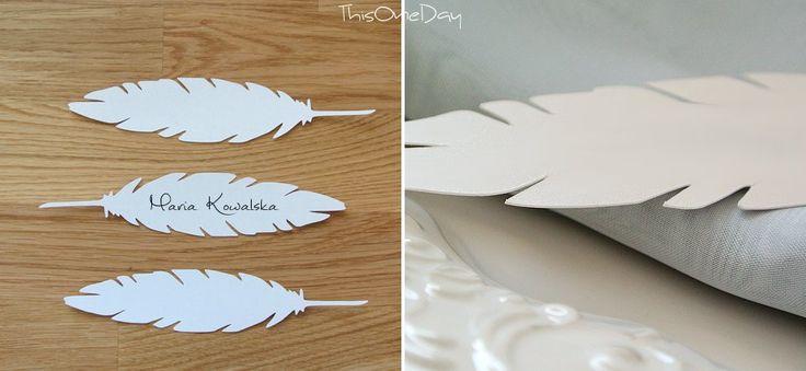 Delikatne i eleganckie wizytówki na stół w kształcie ptasiego pióra. Długość 16 cm. Winietki są czyste, do ręcznego wypisania. Kolorystyka do wyboru.   Dostępne w ślubnym sklepie internetowym Madame Allure! #winietki #ślub #dekoracjeweselne #ozdobyślubne