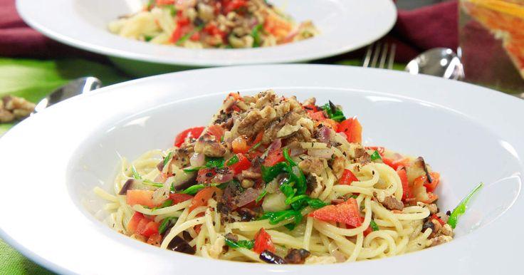 Vegetarisk pasta med aubergine, paprika, lök och rostade valnötter.