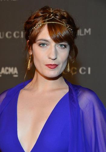 Per Florence Welch, la solista di Florence and the Machine, l'ispirazione è antica Roma ( ma anche Grecia e Olimpo). Munisciti di catenelle e treccine tra i capelli e per completare il look, indossa un abito a peplo