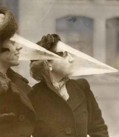 Protezione per il viso contro le tormente di neve (Canada, 1939). Ideata a Montreal nel 1939, è uno strumento pensato per proteggere il viso durante le tormente di neve.