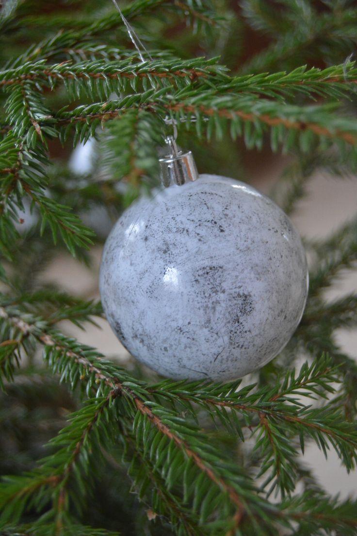 Marmoria ollaan nähty jo jonkun aikaa sistuksessa ja meidänkin kodista sitä löytyy pienissä määrin. Nämä ihanat hennosti marmori kuvioidut joulupallot saivat alkunsa ideasta, jolla koristelin viime…