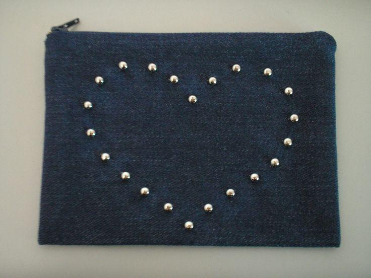 Trousse de maquillage en jean clouté en forme de coeur par sibel-style http://sibel-style.alittlemarket.com
