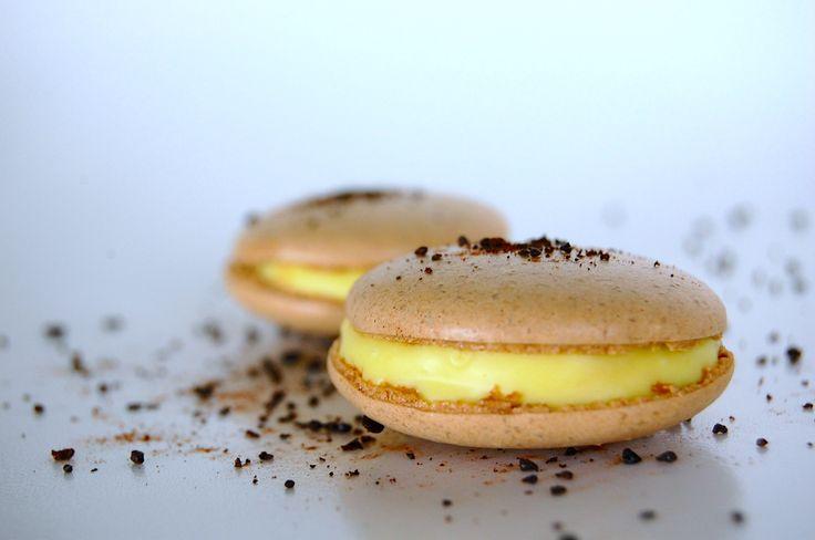 Lakridsmacarons med ganache af hvid chokolade og passionsfrugt.