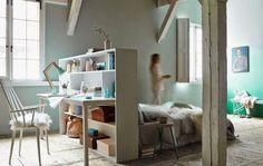 En plaçant le lit au milieu de la chambre, on peut créer un espace bureau derrière celui-ci.   C'est un agencement souvent utilisé dans les hôtels. Le lit est ainsi installé face à une fenêtre et profite d' une jolie vue. Derrière la tête de lit, un bureau fonctionnel est organis