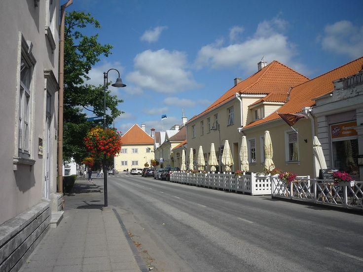 Сам Курессааре был впервые упомянут в летописях от 1381 года. По очереди принадлежал датчанам, шведам, а после победы России в Северной войне, в 1721 году город официально вошёл в состав Российской Империи, где и находился до 1917 года.