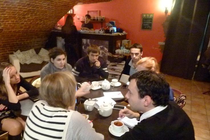 1.11 на Покровке, 6 в Sisters Cafe состоялось выездное занятие — вордшоп с Роксаной Бушковой. Согласитесь, в такой неформальной обстановке легко поддаться искушению и отвлечься от стратегии.  И это при том, что поставленные перед студентами задачи требуют максимальной концентрации внимания! Вот в такие жесткие условия и попали наши студенты, не позавидуешь.