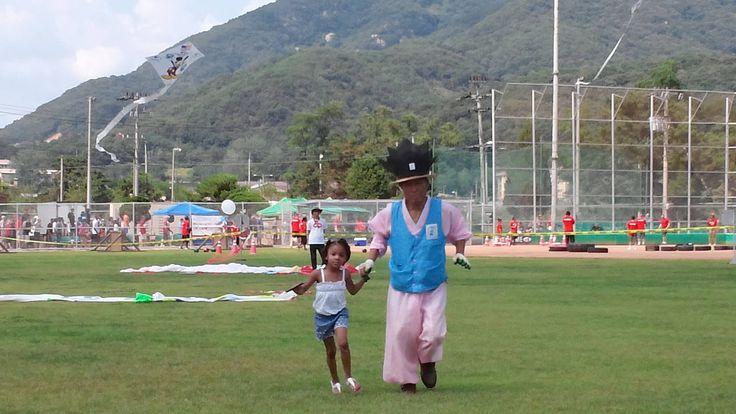 아이와 함께 연을 날리기 위해 열심히 뛰어 봅니다.(2014.7.4 동두천 미2사단 미국 독립기념일 축제- 대한민국예술연협회 회장 이창석, 촬영 궁인창)Independence Day Festival (07/04/2014 Tongduch'ŏn), the kids and try him out for flying kites together.