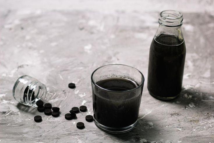 Ventre gonflé, problèmes de peau... Le charbon actif, un