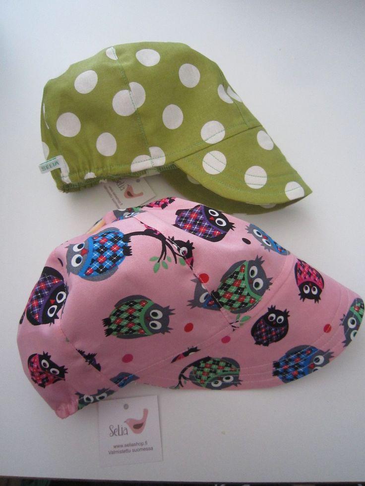 Insuliinipumppuvaatteita. Näissä on tasku insuliinipumppua varten, tälläkertaa selässä ylhäällä. Taskun paikka tilaajan toiveiden mukaan. Taskuja on myös eri malleja. Näissä paidoissa on ns. perustasku, joiden lisäksi on vaakatasku ja läpiviennillinen tasku, joissa pumpun saa taskuun nurjalta ja pumpun käyttö onnistuu paidan oikealta puolelta. Yläkuvassa naruolkaintopit Leopardi harmaa ja Tukaanit jerseystä. Foxlove toppi, Homies siilipaita, Racoon...