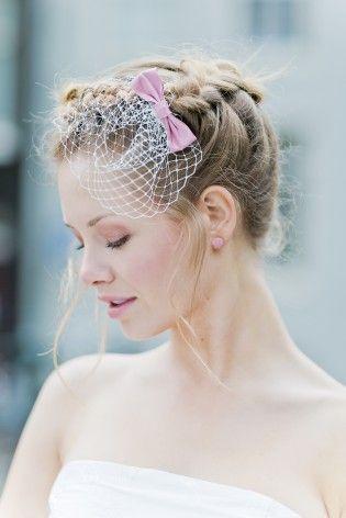 noni 2015 Headpiece mit Schleife in zartem Rosa zum schulterfreien 50er Jahre Petticoat Brautkleid  (www.noni-mode.de - Foto: Le Hai Linh)