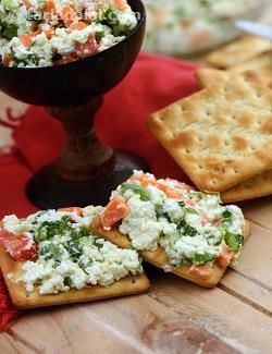 With the biscuits as a base, these mellow toppings of paneer, celery, carrot, capsicums work wonders.