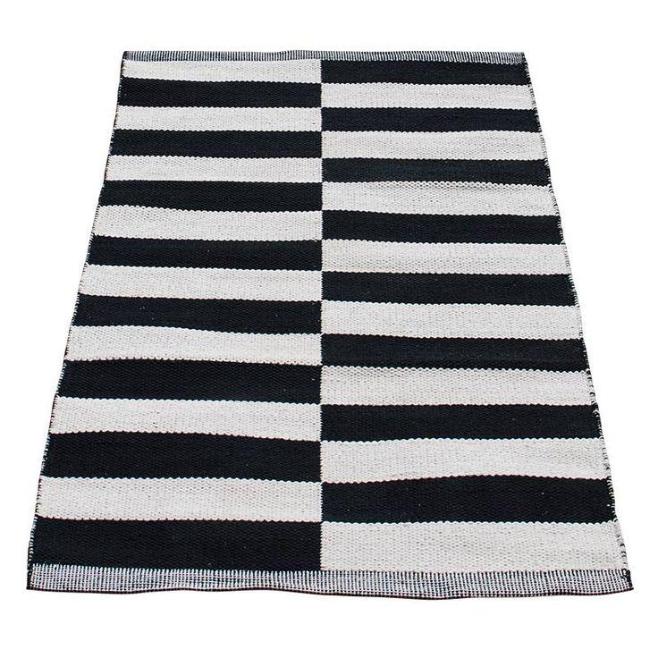 Vloerkleed zwart-wit gestreept van Deens design (55,- bij Kleine Pom)