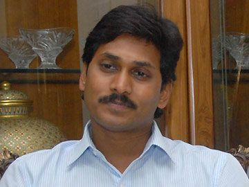 Jagan consoles Bhooma Nagireddy  http://goo.gl/sMb9b7 #YSRCP #YSjaganmohanreddy
